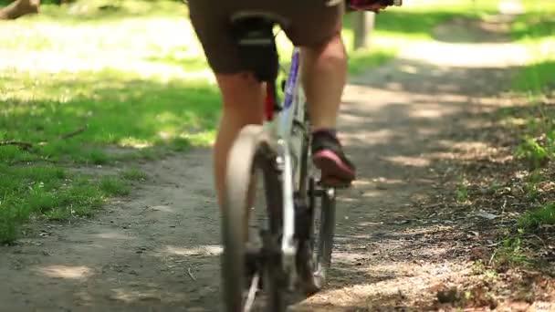 cyklista jede na trati