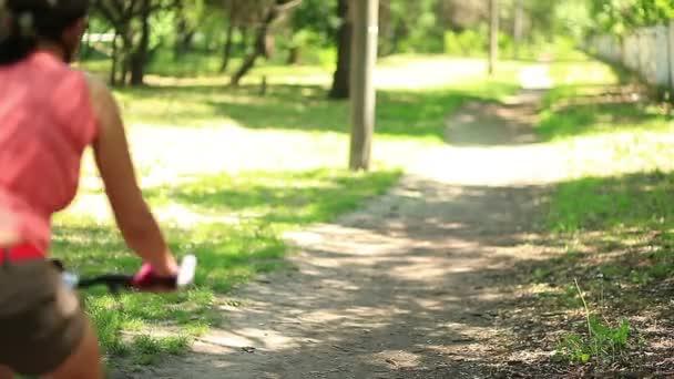Šla na kole lesní