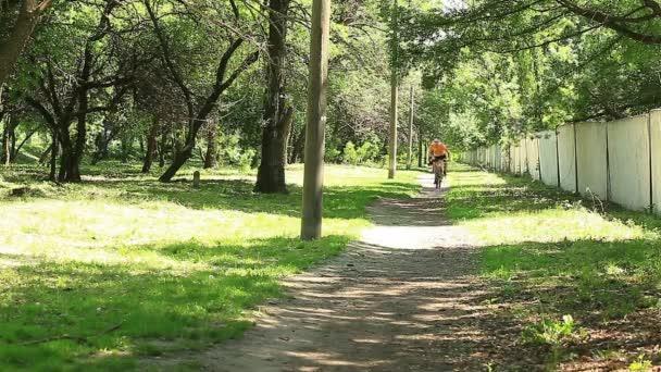 muž cyklista v parku