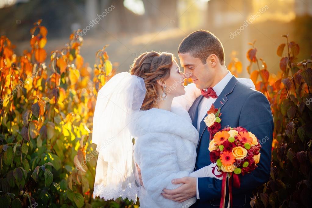 00840f81b889 höst bröllop brudparet på gatan — Stockfotografi © lobodaphoto #93403588