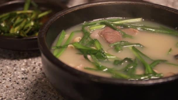 Korejské tradiční jídlo, vepřová a rýžová polévka, která se nazývá Dwaeji-gukbap