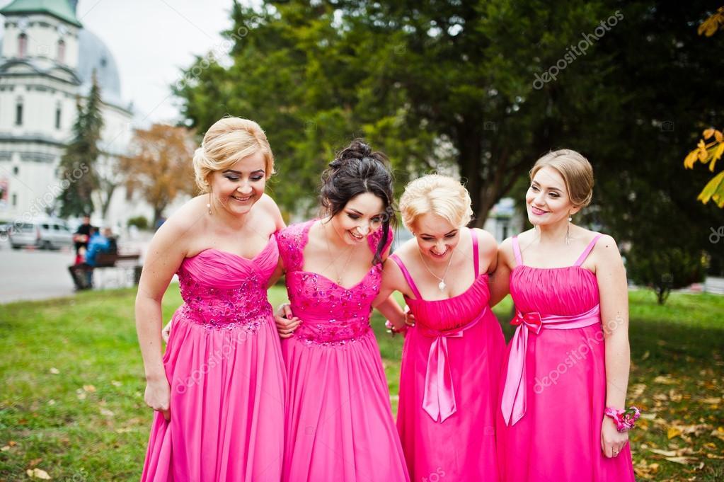Vestidos de damas de honor elegantes en color rosa árboles de fondo ...