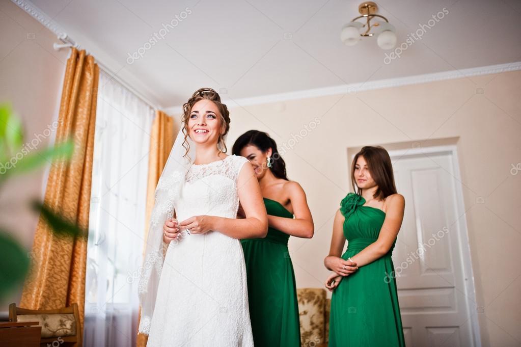 88d7daa0899a Dva ladně družičky na zelené šaty nosit roztomilý nevěsta– stock obrázky