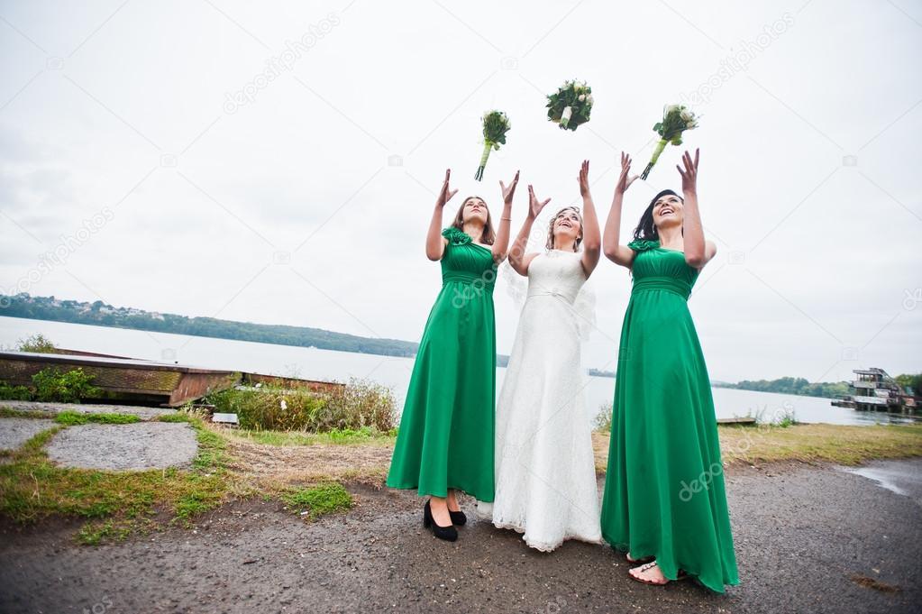 139951402e4c Nevěsta s dvěma družičky na zelené šaty — Stock Fotografie ...