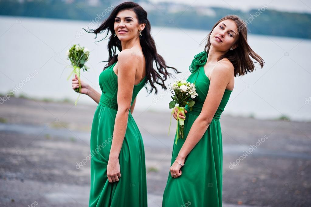 135d351919eb Dvě dívky okouzlila družičky na zelené šaty — Stock Fotografie ...