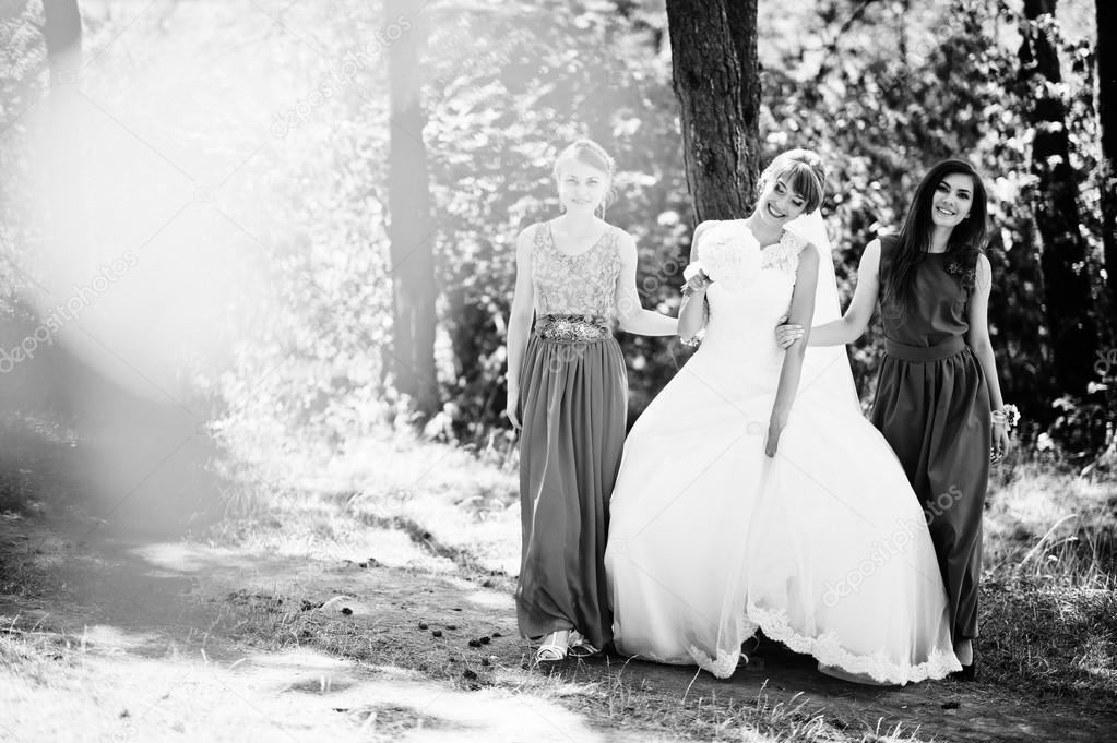 Süße Braut mit zwei Brautjungfern Kleid samt grün — Stockfoto ...