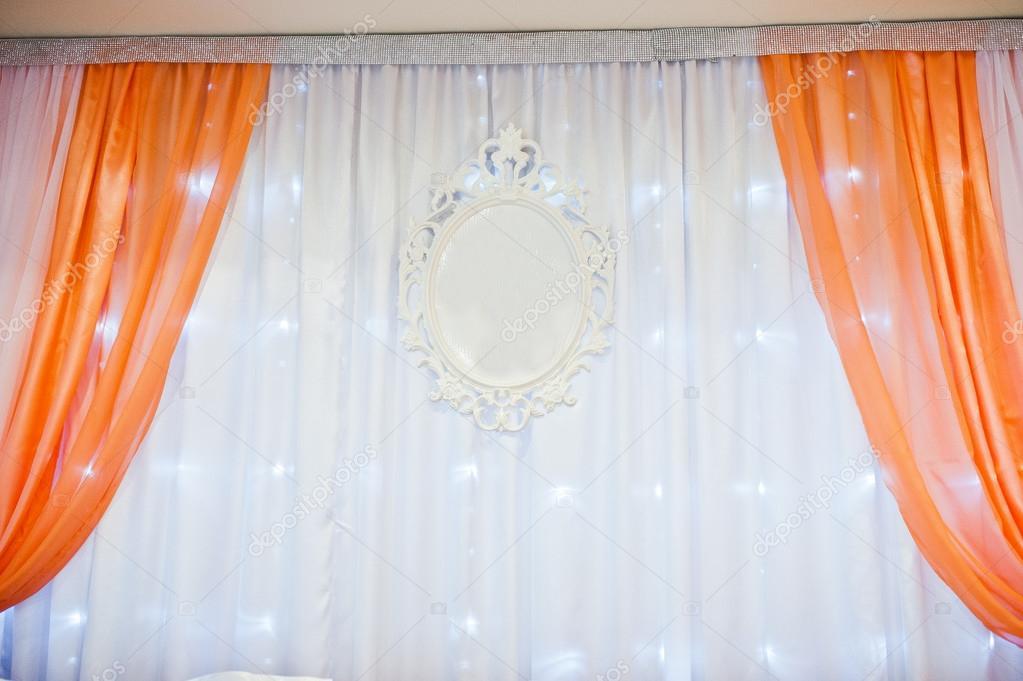 Tende arancioni e sedie al tavolo degli sposi il for Sedie arancioni