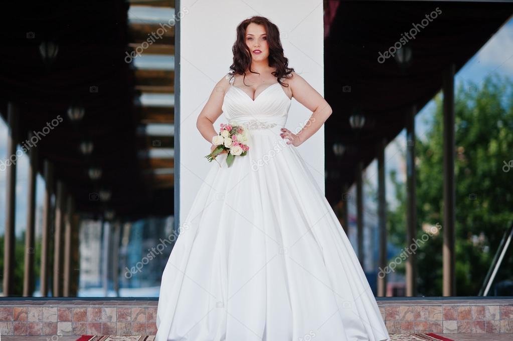 Große Brüste Brünette Braut mit Brautstrauß stellte bei Hochzeit ...