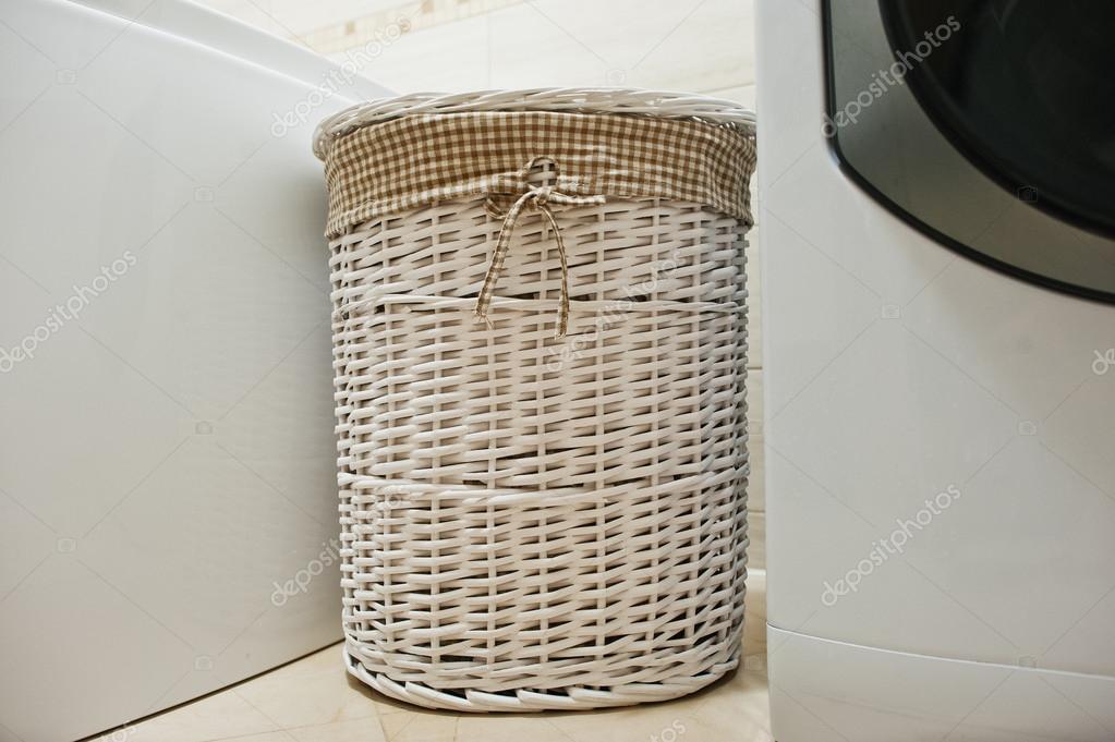 Cesta de mimbre blanco para la ropa sucia en el cuarto de ba o foto de stock asphoto777 - Cestos de mimbre blanco ...