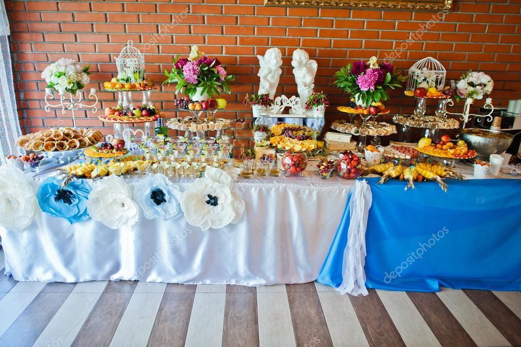 Tisch Mit Essen Und Trinken Auf Hochzeitsfeier Stockfoto