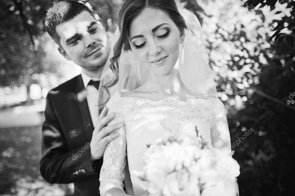 Recém-casados suaves no parque verde — Stock Photo © ASphoto777 ... 7422b4c5f73