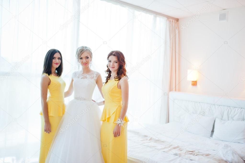 Gentil Noiva Loira Com Damas De Honra No Vestido Amarelo