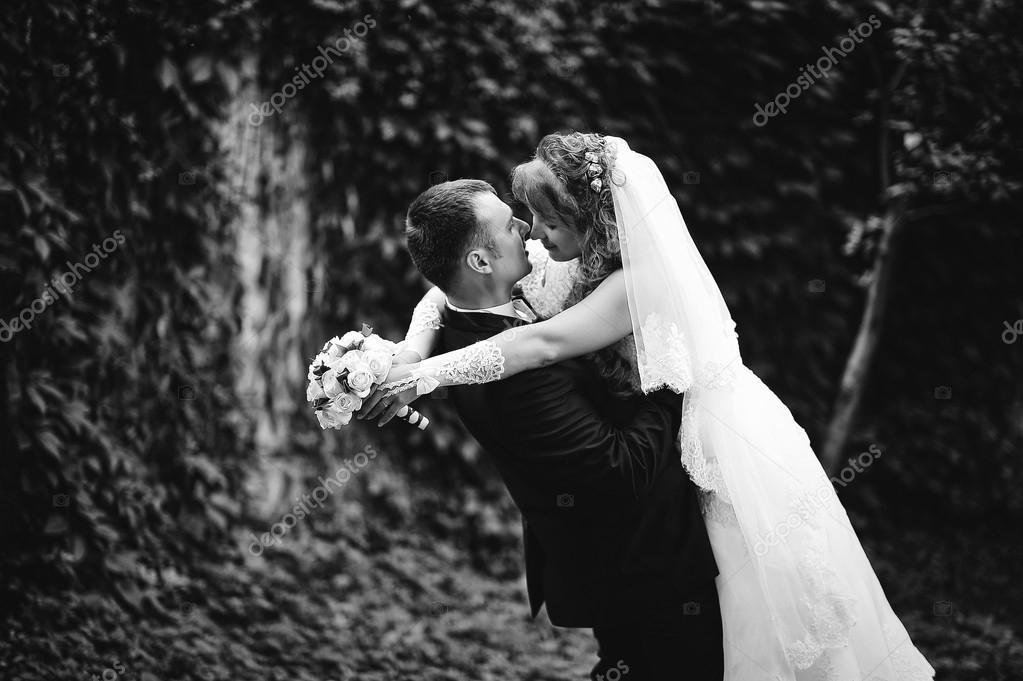 Держит руки жены #5