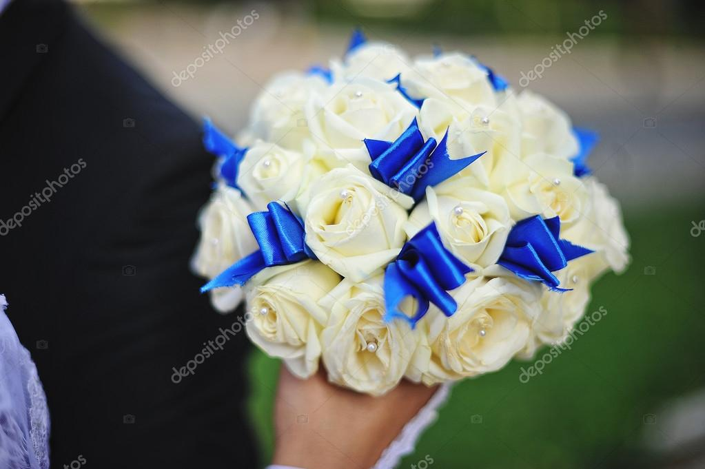Bouquet Sposa Blu E Bianco.Wedding Bouquet With White Rose And Blue Ribbon At Hand Of Brid