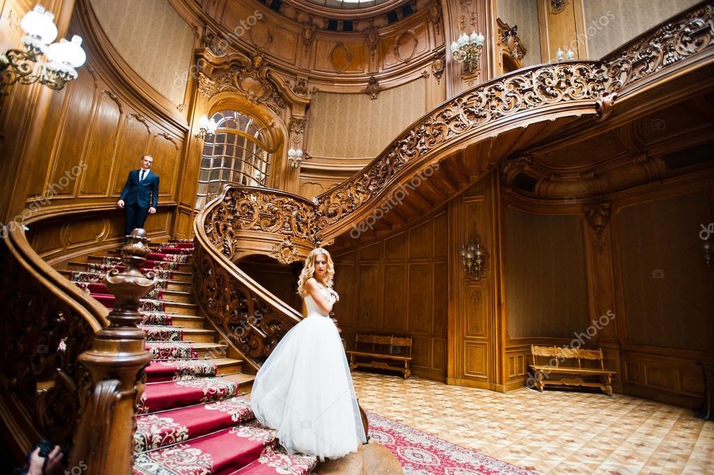 pareja de boda elegantes en palacio con gran y antigua casa vintage u fotos de stock