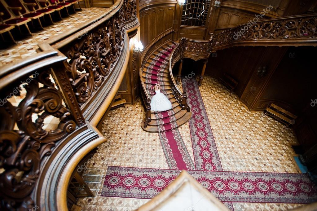 pareja de boda elegantes en palacio con gran y antigua casa vintage u foto de stock