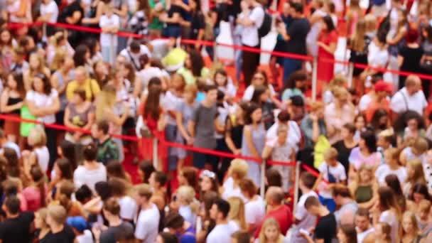 Alışveriş merkezinde bir sürü insan kuyruğa girdi. COVID 19 kısıtlaması. Bulanık video.