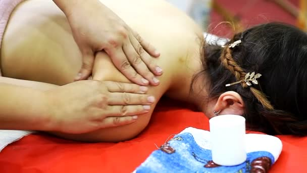masér dělá masáž