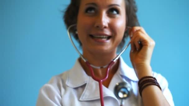 Mladá žena doktor s stetoskop ve studiu