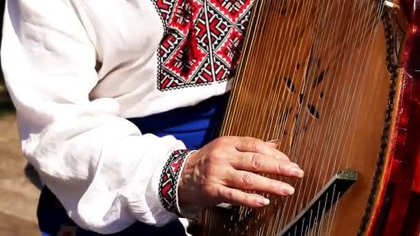 Ukrajinské Kobzar hraje Banduru
