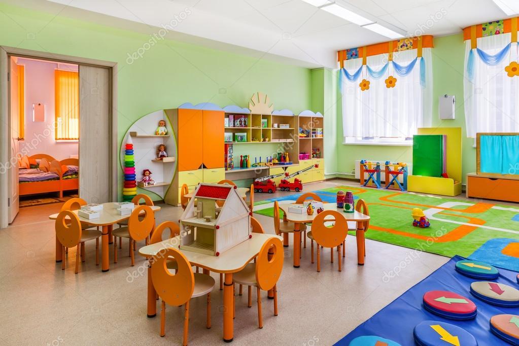 Jard n de infantes sala de juegos fotos de stock for Jardin de infantes