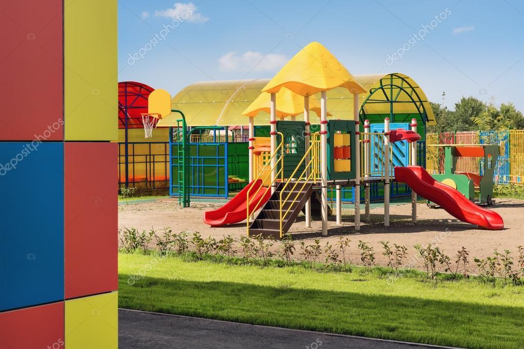 Jardín de infantes, juegos en el patio — Fotos de Stock © kot36 ...