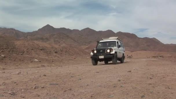 Auto v poušti