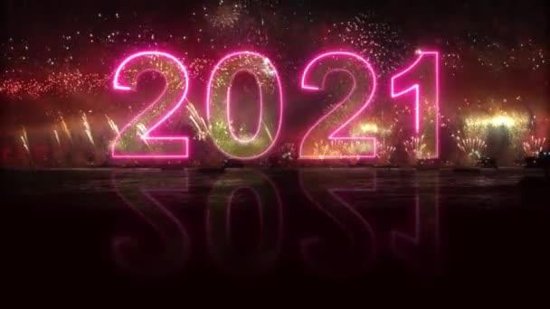 2021 se odráží ve vodě. barevný výbuch ohňostroje. Šťastný nový rok2021. 3D znaky v ohňostroji. výbuch ohňostroje - zobrazit 4K video