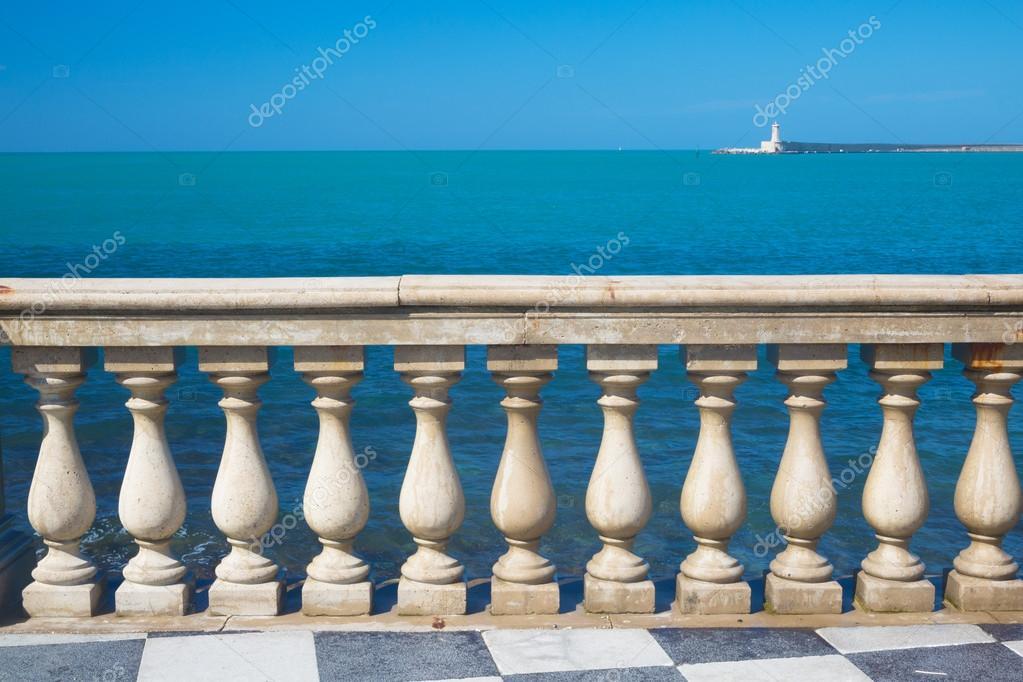 wei e neoklassischen balkon zaun stockfoto toucanet 75750467. Black Bedroom Furniture Sets. Home Design Ideas