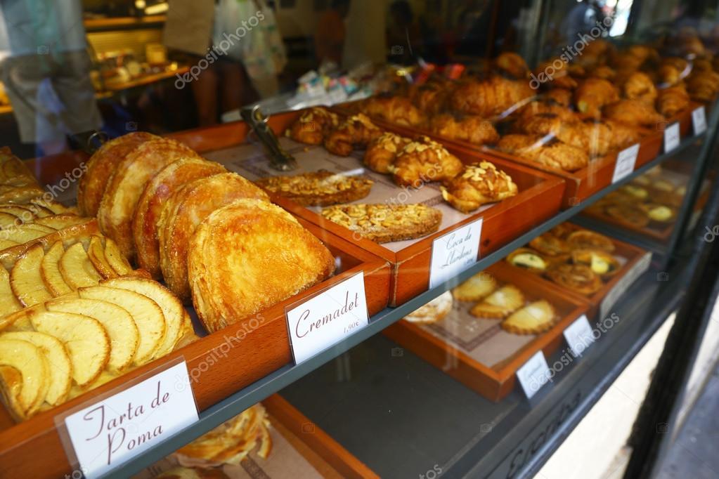 Biscuits et gâteaux sur le comptoir de la pâtisserie à Barcelone, Espagne \u2014  Image de toucanet