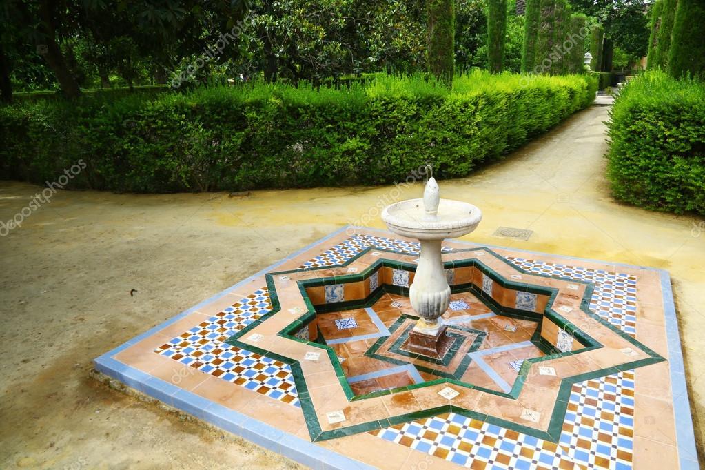 Fontana con piastrelle decorative colorate u foto stock toucanet