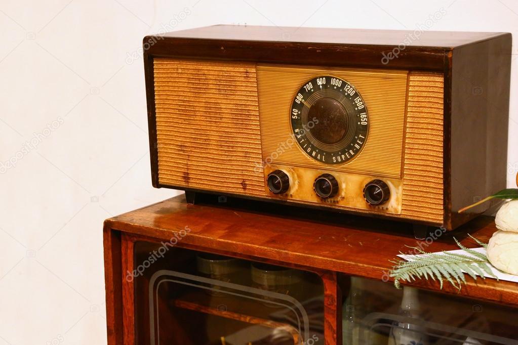 Retro radio empfänger auf tisch u stockfoto toucanet