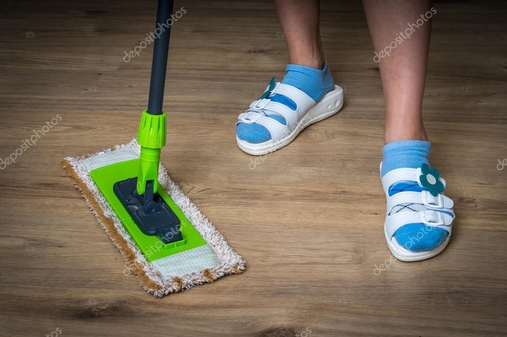 Holzfußboden Wischen ~ Frau mit mop wischen holzboden laminat u stockfoto andriano cz
