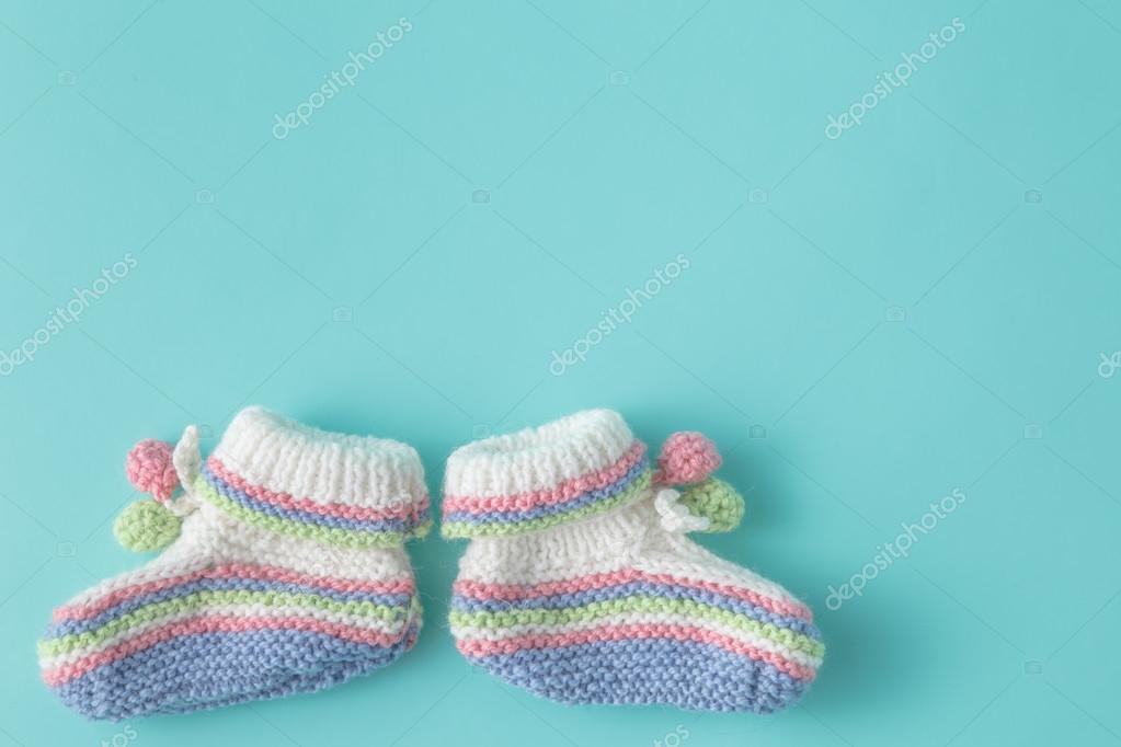 Plantilla anuncio recién nacido. Botines tejidos hechos a mano en ...