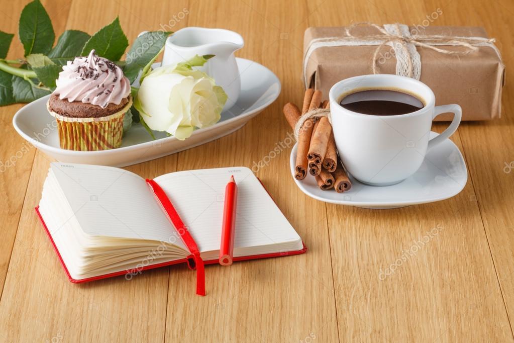 흰색 장미와 테이블에 블랙 커피 — 스톡 사진 © AndreyCherkasov #95288488
