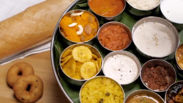 Lahodná rýže Payasam zdobená suchým ovocem - chutný indický dezert. Extrémní detailní záběr jihoindického vegetariána Thaliho s tradičními pokrmy na talíři