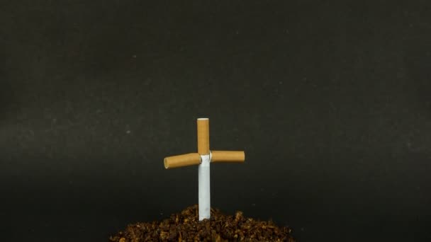 Sír egy cigarettából és dohánysírból készült kereszttel - a dohányzás öl. Páneurópai felvétel egy halom dohányra vonatkozó figyelmeztetésről a dohányzás káros hatásairól - leszokás koncepció