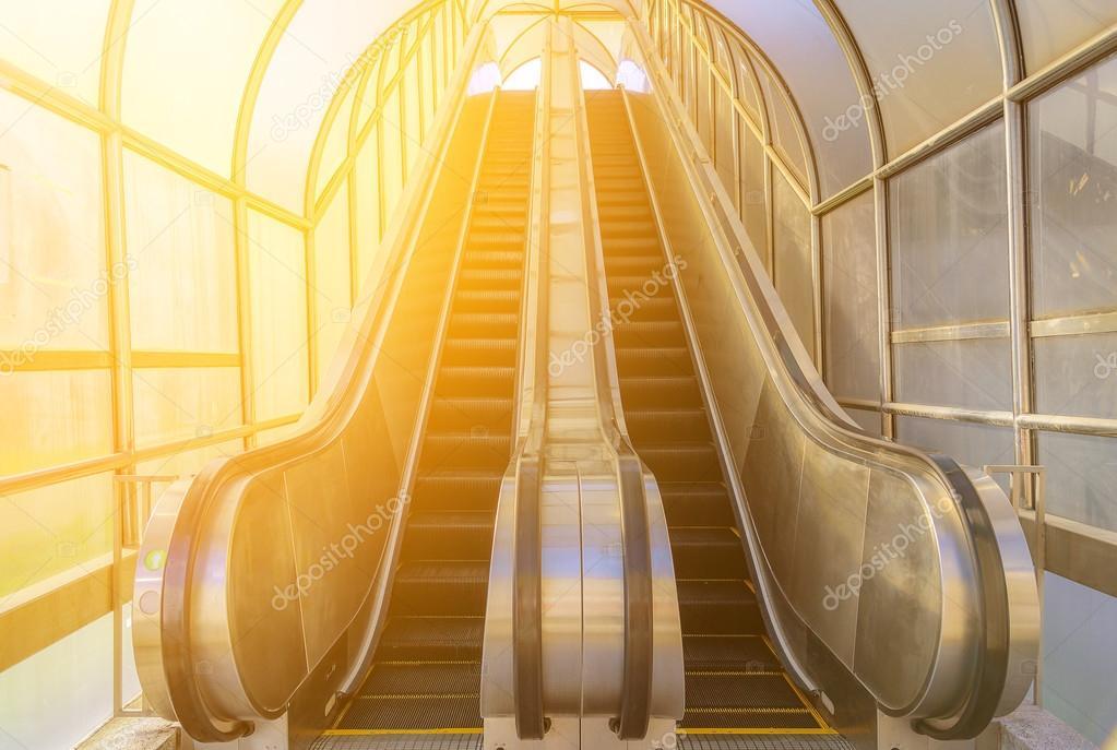 Escalier moderne, monter et descendre des escaliers ...