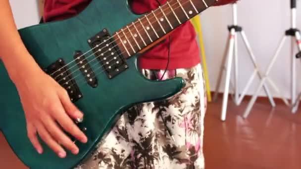 ember játszik elektromos gitár