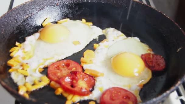 smažená vejce v pánvi