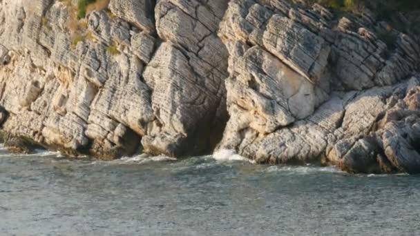 Nádherná malebná skála Jaderského moře v Černé Hoře. Moře v letní den