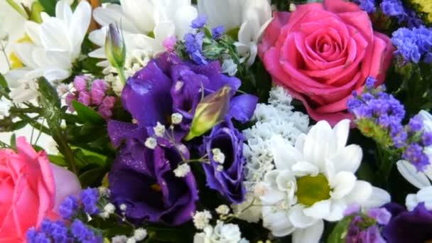 Egy gyönyörű, elegáns csokor különböző színes virágok százszorszépek, rózsák, szárított virágok. Ünnepi menyasszonyi csokor fehér, rózsaszín, kék, lila, sárga virágokból