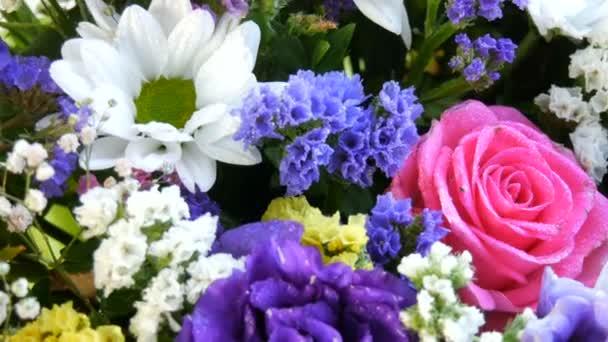 Krásná stylová kytice různých pestrobarevných květů sedmikrásek, růží, sušených květin. Slavnostní svatební kytice z bílých, růžových, modrých, fialových, žlutých květin