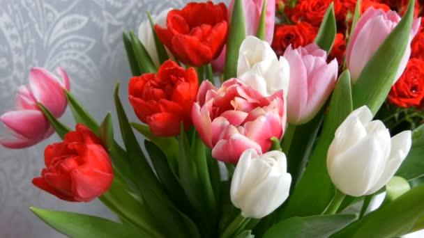 Krásné jemné bílé a růžové tulipány. Jemná kytice pro ženu zblízka pohled