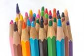 Zavřete makro shot barevné tužky hromadu tužka drť