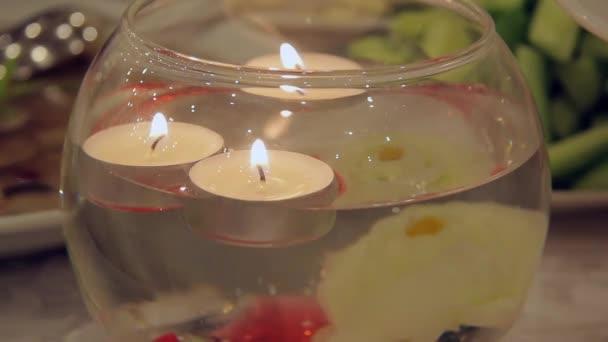 Candele galleggianti in un vaso decorativo u video stock boxerx