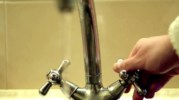Otevírání a zavírání retro Vodní kohoutek teplé filtrováno