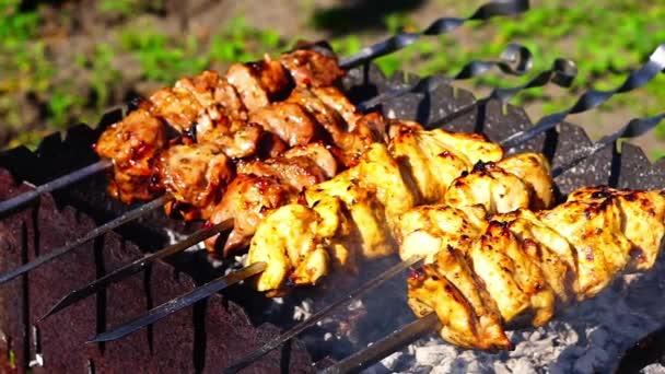Kuřecí a telecí maso kebab grilování jsou smažené na grilovací jehle