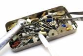 Set zahnärztliche Instrumente: Cutter, Nadeln, Bohrer, Skalpell, Pinzette in einem Metallkasten isoliert auf weiß
