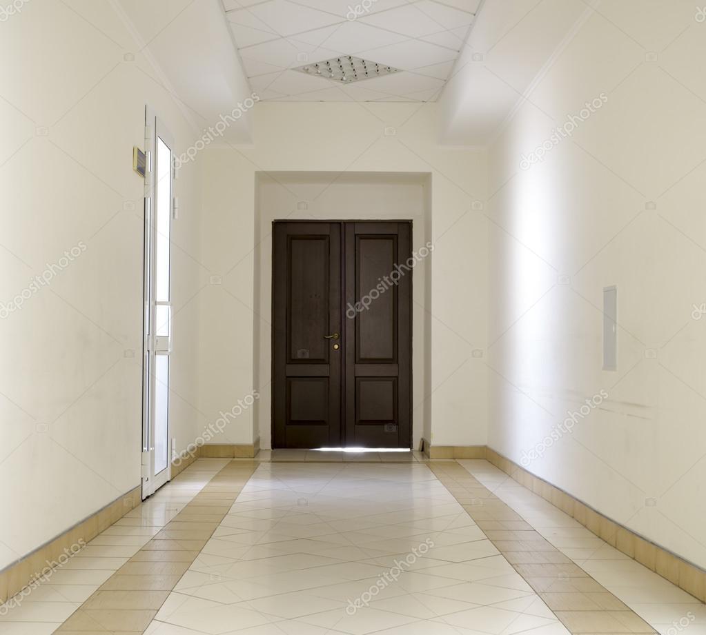 Corredor branco com piso de m rmore e porta marrom no for Corredor deco blanco y gris